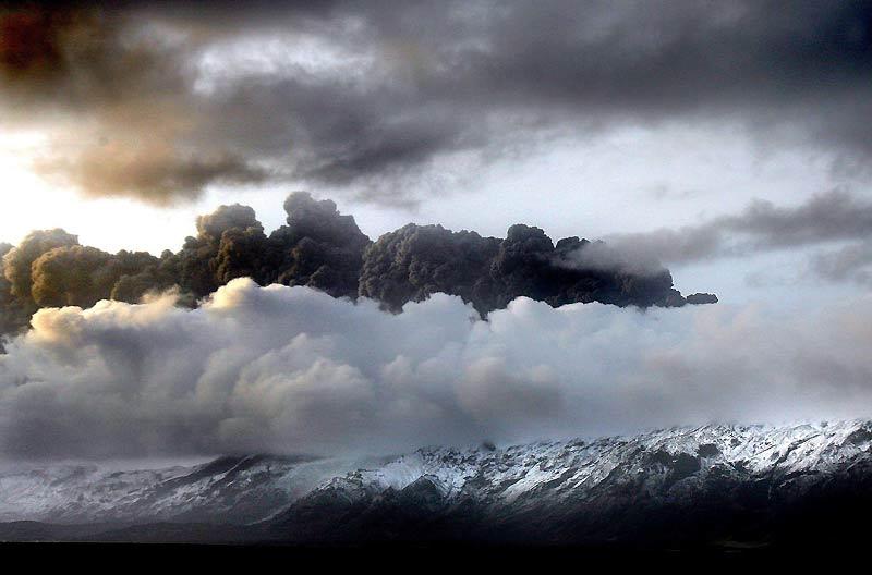 Un gigantesque nuage de cendres continuait à s'échapper jeudi 15 avril du volcan islandais Eyjafjallajokull, dans le sud du pays. Une première éruption avait eu lieu le 20 mars dernier. Plusieurs aéroports du nord de l'Europe ont fermé leur espace aérien.