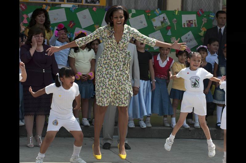 La Première dame des États-Unis, Michelle Obama, a dansé et chanté avec les enfants d'une école à Mexico, mercredi 14 avril. C'était sa première visite officielle à l'étranger, et en solo, depuis l'élection de son mari à la Maison-Blanche.