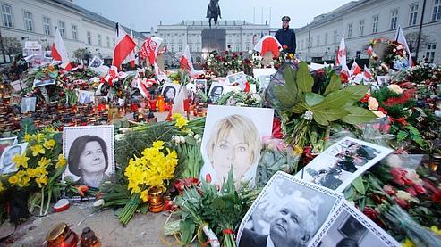 鲜花,蜡烛和失踪人员的照片已被波兰人在总统府外存放。Pologne