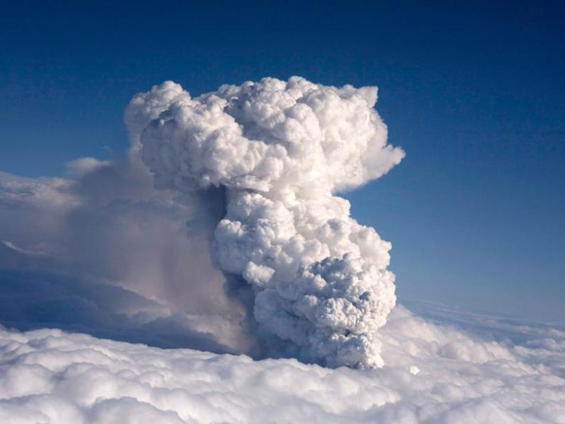 Le nuage de cendres projeté par le volcan d'Eyjafjallajokull limite la visibilité et risquerait d'endommager les réacteurs des avions. Une centaine de cas d'avion rencontrant des cendres volcaniques ont été répertoriés entre 1983 et 2000. Dans certains cas, les moteurs des appareils se sont brièvement arrêtés, mais aucun accident mortel n'a été signalé.