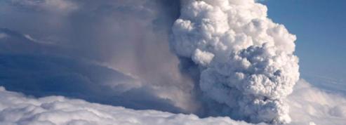 les images spectaculaires <br />de l'éruption volcanique» class=»photo» height=»197″ width=»493″ /></font></a></strong></font><font face=