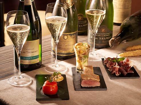 Un atelier-champagne chez de Telmont. On déguste, mais on se  restaure également. (DR)