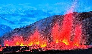 L'éruption fissurale de l'Eyjafjöll a eu lieu le 20 mars en pleine nuit et en plein blizzard. La seconde fissure s'est ouverte sur les flancs du volcan, sous l'oeil de notre photographe, le 31 mars à 19 heures. En quelques minutes, un rideau de matière en fusion s'élève dans les airs et produit d'importantes coulées.