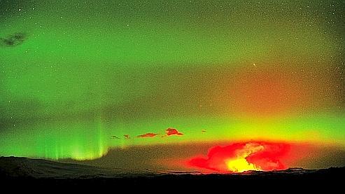 Les aurores boréales sont provoquées par la projection de particules lors des éruptions solaires. Leur interaction avec des molécules de gaz dans la très haute atmosphère est à l'origine de ces draperies lumineuses qui dansent au-dessus du panache de l'éruption.