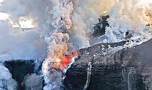 La détente brutale des gaz et de la vapeur, lors du contact entre la lave et la glace, provoque de très violentes explosions phréatomagmatiques qui pulvérisent les roches volcaniques.