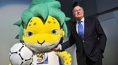 Joseph Blatter, ici avec la mascotte Zakumi, tient à cette Coupe du monde en Afrique, «pour arrêter de prendre, sans rien donner» à ce continent «qui a tant apporté au foot mondial».