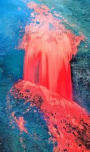 Sautant la falaise et plongeant dans un canyon, la lave, à plus de 900 °C, comble ce que l'eau et la glace avaient mis des millénaires à creuser. Les premières anomalies sismiques, qui datent de 1991, ont augmenté dès le début du mois de mars, laissant déjà présager un risque d'éruption.