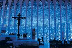 L'église Dom Bosco fut construite en hommage au saint patron de la ville, à l'endroit exact où passe le 15e parallèle.