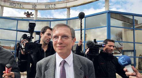 Le préfet de Vendée fait face aux micros et aux caméras pour redire  qu'il ne signera pas de décharge à ceux qui voudraient rester en zone  noire.
