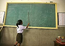 Une élève récite l'alphabet dans l'école de matri karuna Vidyalaya à New Dehli.