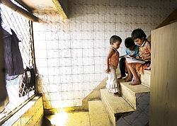 Een Inde, entre 70 et 80millions d'enfants en âge d'être scolarisés ne vont pas à l'école.