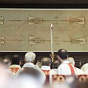 Ces foules face au mystère du saint suaire