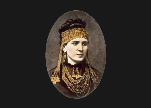 <stro />Trésor de Troie,</strong> volé par les Russes aux Allemands en 1945 et caché dans les réserves du musée Pouchkine à Moscou. Il réapparaît en 1993. Depuis, l'Allemagne le réclame.(photo : Sophie Schliemann porte ici une parure issue de ce trésor.)» /></p><br /> <p=
