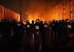 Des gendarmes patrouillent, le 20 janvier 2010 à Woippy, à la suite d'affrontements entre manifestants et forces de l'ordre survenus après une manifestation en hommage aux trois victimes d'un accident de scooter.