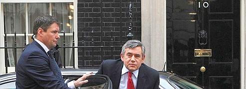 Brown laisse Cameron et Clegg discuter en premier