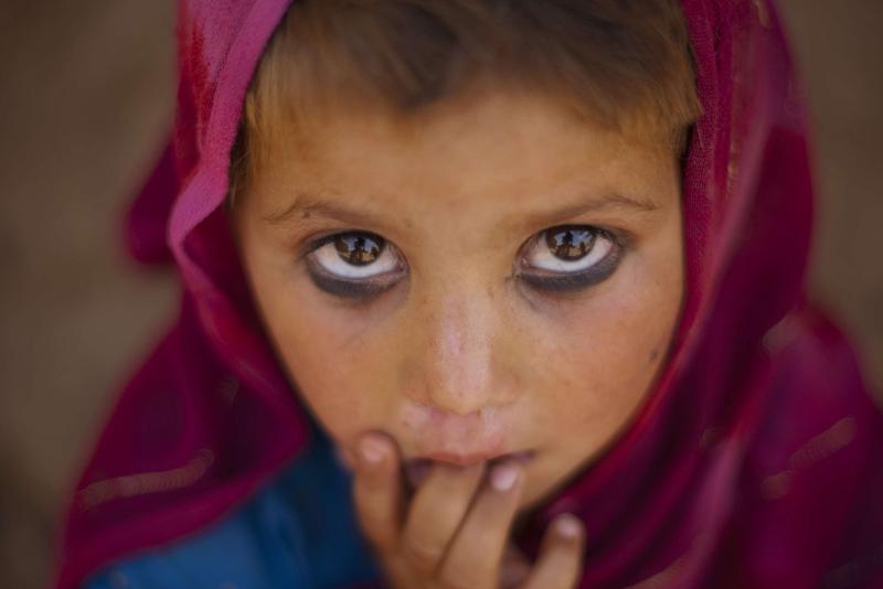 Lundi 10 mai, dans les périphéries d'Islamabad, cette jeune fille pakistanaise semble captivée par l'objectif du photographe. Troublant regard…