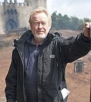 Ridley Scott sur le tournage de son Robin des bois. (crédits: Greg Williams/Universal Pictures