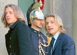 Pierre et Jean Sarkozy à l'Elysée en 2007. Depuis son entrée en politique, Jean, lui, s'est coupé les cheveux. Crédits phot o : MEHDI FEDOUACH/AFP