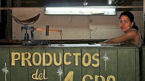 Une  vendeuse de produits agricoles attend une livraison dans son magasin, le  2 mai dernier