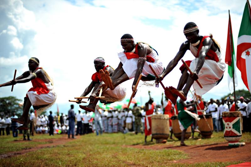 Des percussionnistes animent une rencontre électorale, à Rugombo, au nord du Burundi alors que le président Nkurunziza est officiellement candidat à sa succession.