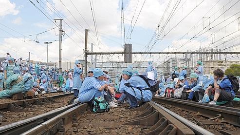 Quelque 500 manifestants ont bloqué la circulation des trains plusieurs heures mardi après-midi en s'installant sur les rails de la gare de Montparnasse à Paris.
