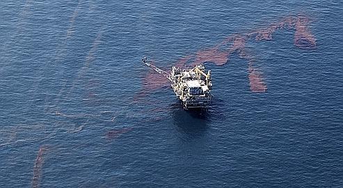 Une plate-forme pétrolière sur la nappe de pétrole dans le golfe  du Mexique.