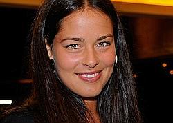 ANA IVANOVIC 22 ans - 1,86 m - 69 kg. La jeune Serbe est l'une des plus grandes joueuses par la taille mais aussi par le talent : n°1 mondiale en 2008, déjà 8 titres (dont Roland-Garros) et 7 millions de dollars. Admiratrice de Monica Seles, elle est aussi ambassadrice de l'Unicef pour son pays aux côtés d'Emir Kusturica.