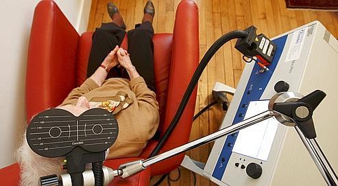 Une séance destimulation magnétique transcrânienne sur une  patiente déprimée, dansle cabinet duDrRadtchenko àParis.