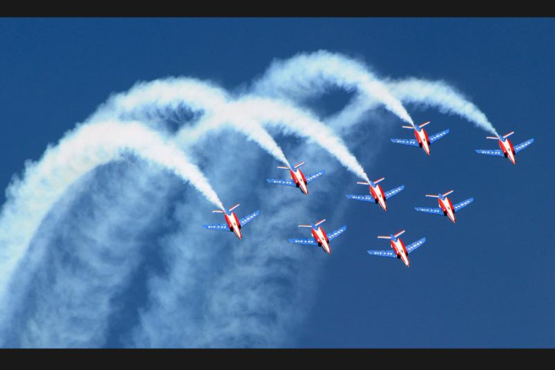 Ce ballet aérien a été présenté mardi 25 mai par 8 pilotes de la Patrouille de France à la base de Salon-de-Provence où réside la célèbre unité. Ils peuvent maintenant s'envoler pour quatre mois de meetings et hisser dans tous les ciels du monde, les couleurs de la France.