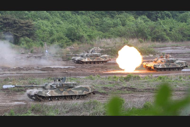 Séries d'exercice de tirs pour ces chars sud-coréens qui se préparent à une attaque de la Corée du Nord près de la zone démilitarisée de Yeoncheon. Ce nouvel accès de fièvre entre les deux Corées est la conséquence du naufrage d'une corvette, fin mars, qui avait provoqué la mort de 46 marins.
