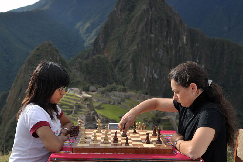 Le 23 mai dernier, une partie d'échecs a opposé la championne du monde russe Alexandra Kosteniuk à la péruvienne Deysi Cori, championne des moins de 16 ans. Les deux jeunes femmes se sont affrontées sur la zone la plus élevée du sanctuaire du Machu Picchu où elles ont profité des vues spectaculaires sur le site et la vallée sacrée.