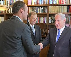 Benyamin Nétanyahou, avec Étienne Mougeotte (au centre) et Adrien Jaulmes, correspondant du Figaro à Jérusalem (à gauche).