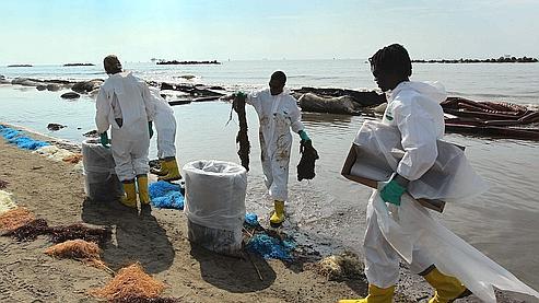 Depuis l'explosion de la plate-forme le 20 avril, BP essaye en  vain de colmater la brêche.
