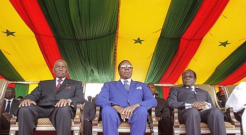 Abdoulaye Wade, le président sénégalais, Bingu wa Mutharika, le président du Malawi et Robert Mugabe, président du Zimbabwe, assistent au cinquantième anniversaire de l'indépendance du Sénégal, le 3 avril dernier à Dakar .