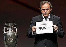 Le président de l'UEFA Michel Platini annonce le pays hôte de l'Euro 2016.
