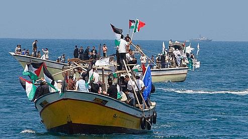 Des policiers palestiniens se préparaient samedi à l'arrivée de la flottille chargée d'aide humanitaire, au large de la bande de Gaza.