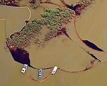 Du pétrole capturé par des barrages flottants à Redfish bay, en Louisiane.