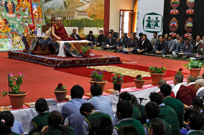 Le Dalaï Lama expose les préceptes bouddhistes et parle de philosophie dans une école d'enfants tibétains à Dharamsala en Inde. Chaque année, il donne une telle présentation devant des étudiants.