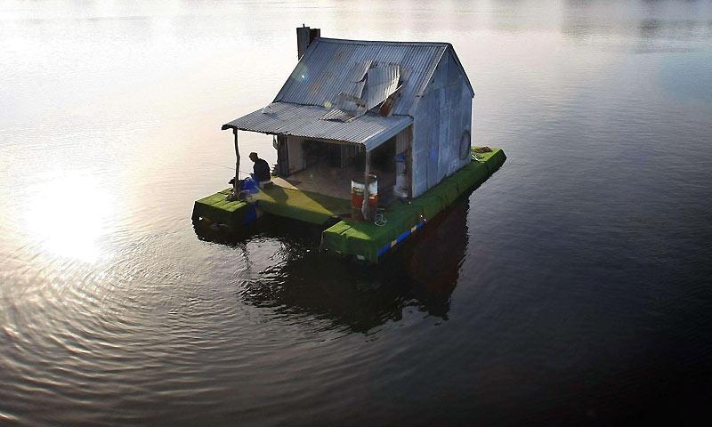 Sur les lacs du Gippsland, situés dans l'État de Victoria, en Australie, ce pêcheur s'est installé sur une étonnante embarcation !