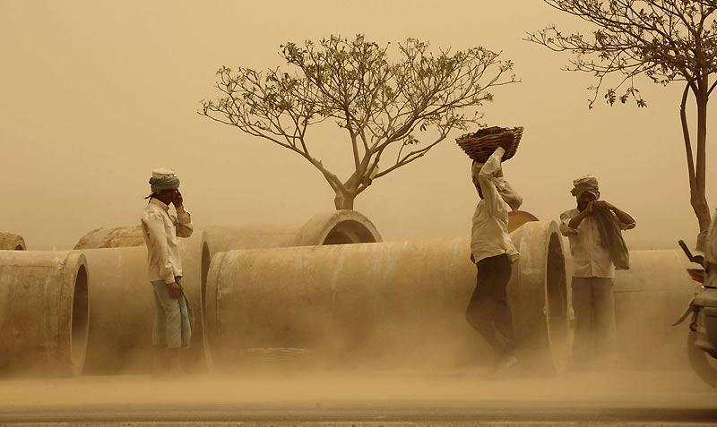 Peu importe les conditions climatiques, ces ouvriers continuent de travailler sur un chantier près de l'aéroport de New Delhi, en Inde, jeudi 3 juin. Des températures supérieures à 45 degrés ont été enregistrées dans la capitale, associées à de forts vents chauds et secs.