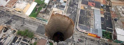 Un trou géant au Guatemala<br/>après la tempête Agatha <br/>