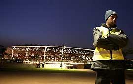 Devant les stades (comme à Soccer City, ci-dessus) ou dans les rues des quartiers populaires, les forces de l'ordre et la sécurité ont pour mission de se montrer pour dissuader. (Axelle de Russé)