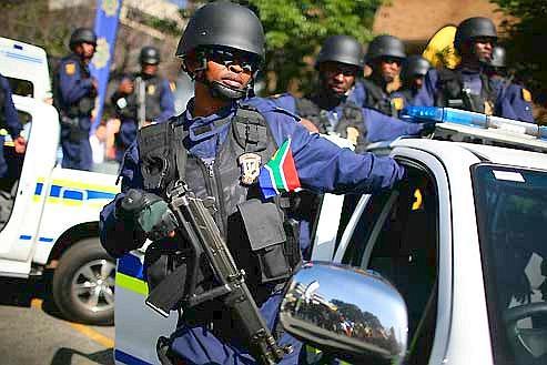 À trois semaines du lancement de la Coupe du monde, démonstration de toutes les forces du pays dans les rues de Johannesburg. L'Afrique du Sud veut montrer qu'elle est prête pour le premier Mondial sur le sol africain. (Axelle de Russé)