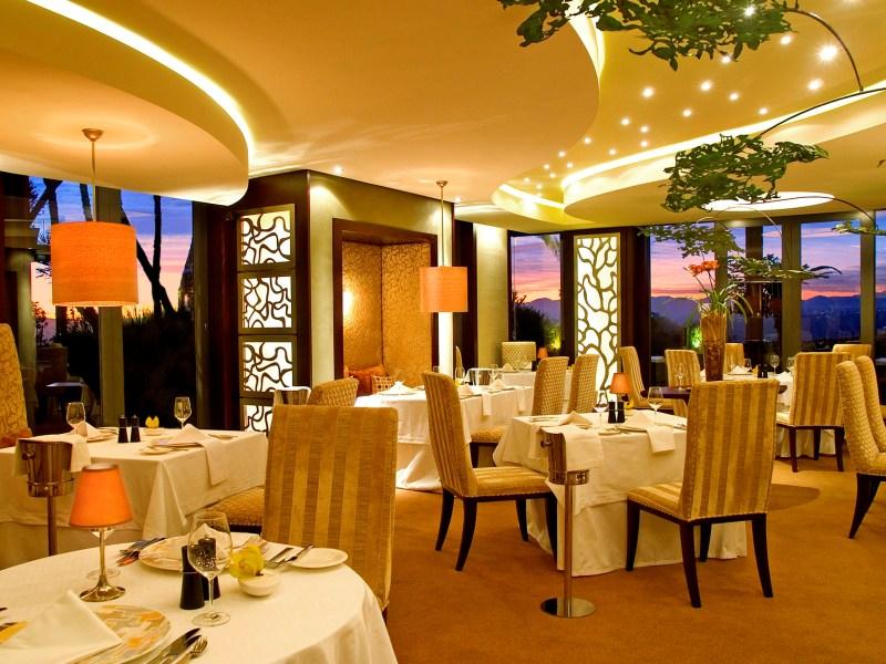 L'hôtel dispose de plusieurs restaurants, dont l'un est dirigé par un chef new-yorkais, Geoffray Murray.