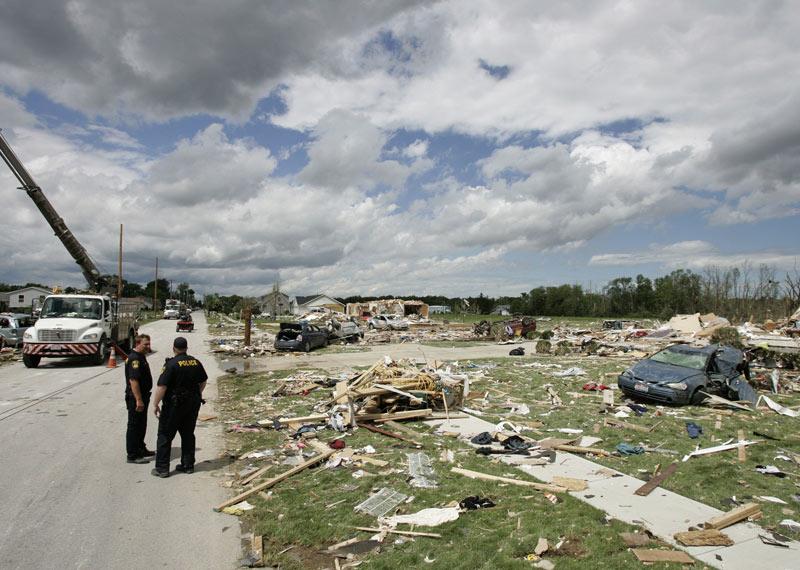 Une bande de 11 km de long et 100 mètres de large a été particulièrement touchée. Sur place, les secours contemplent un spectacle désolant de maisons en ruines, de voitures retournées et de mobilier démembré.