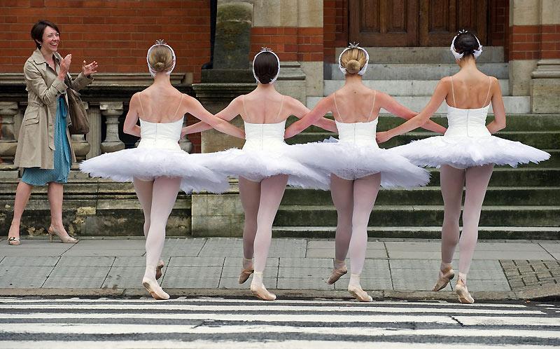 Mardi 8 juin, des danseuses du ballet «Le lac des cygnes» défilent dans les rues de Londres pour promouvoir les représentations du spectacle.