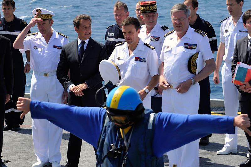 Nicolas Sarkozy assiste à des démonstrations de l'Aéronavale lors de sa visite sur le porte-avions Charles-de-Gaulle, jeudi 10 juin.