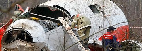 Des soldats russes volent une victime du crash polonais