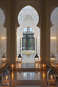 L'aménagement et la décoration des espaces communs et des 53 riads qui composent l'hôtel ont été confiés aux meilleurs artisans du royaume.