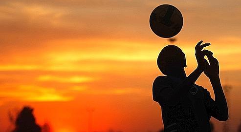 Un enfant joue au football, à Soweto, le 2 juin dernier.